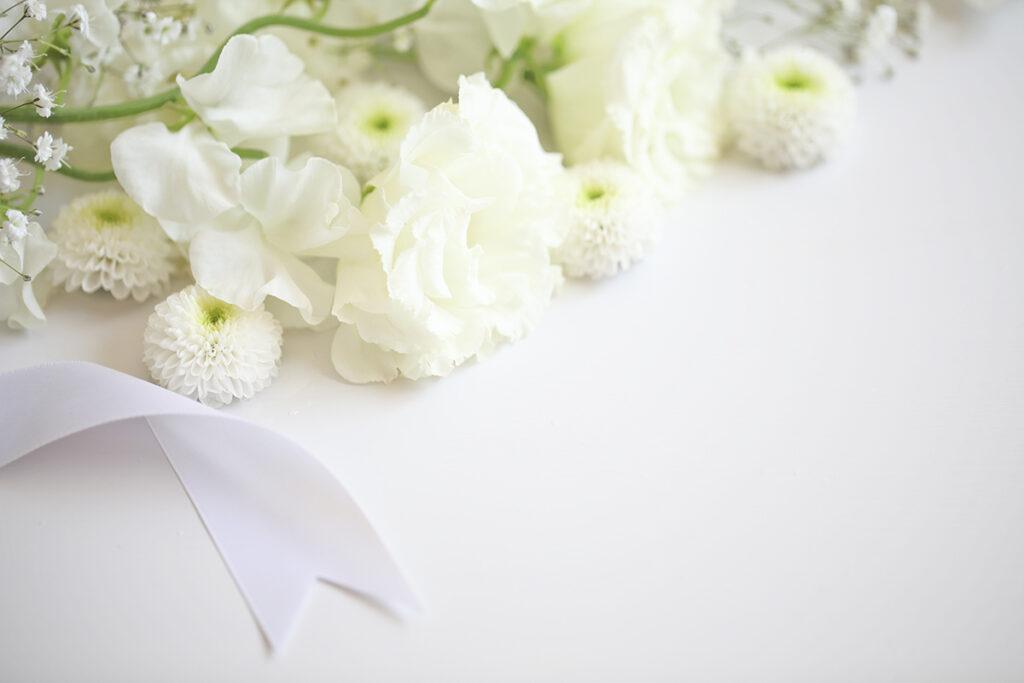 fleurs blanches en hommage à un proche disparu mutuelle generale Avignon prévoyance