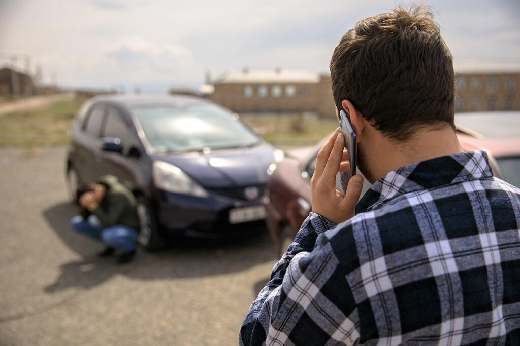 accident de voiture homme brun a chemise a carreaux mutuelle générale avignon