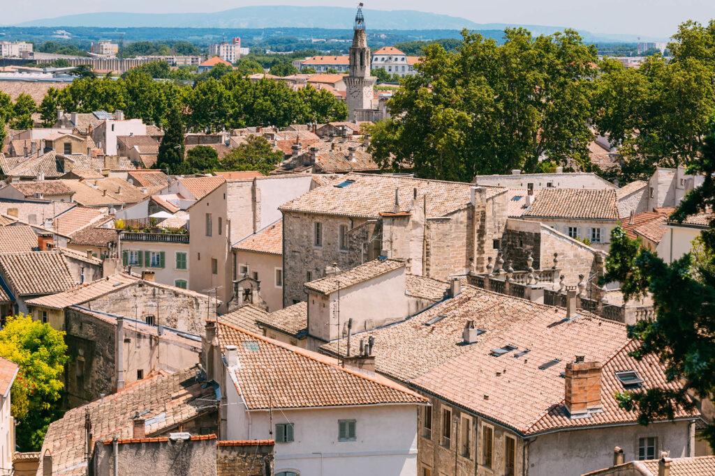 Village provençal ensoleillé mutuelle générale avignon