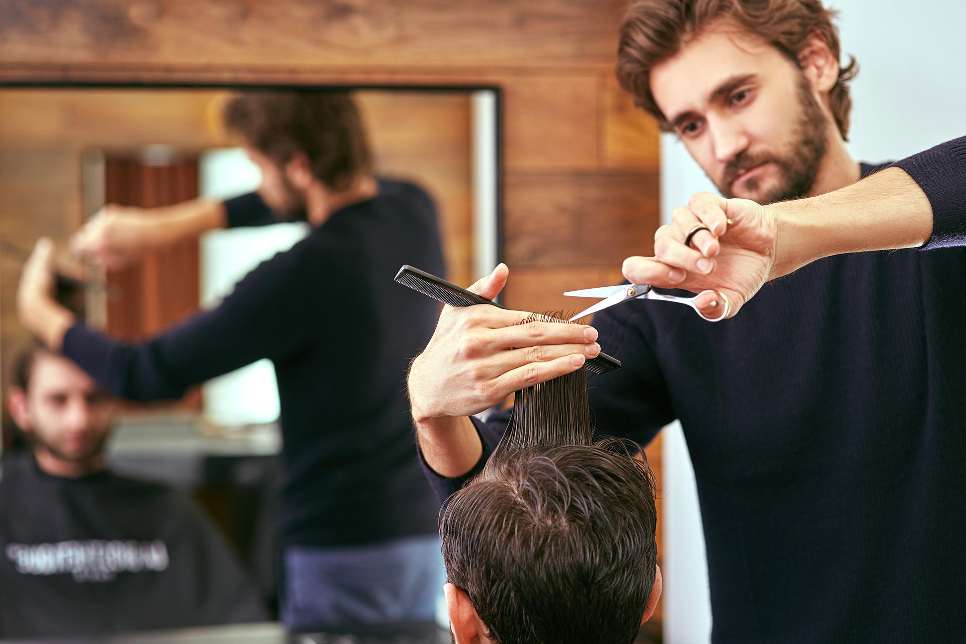 coiffeur dans son salon mutuelle générale Avignon