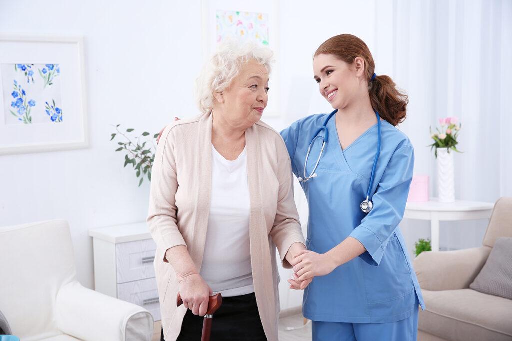 aide soignante femme aidant une femme mure aux cheveux blanc Mutuelle Générale avignon