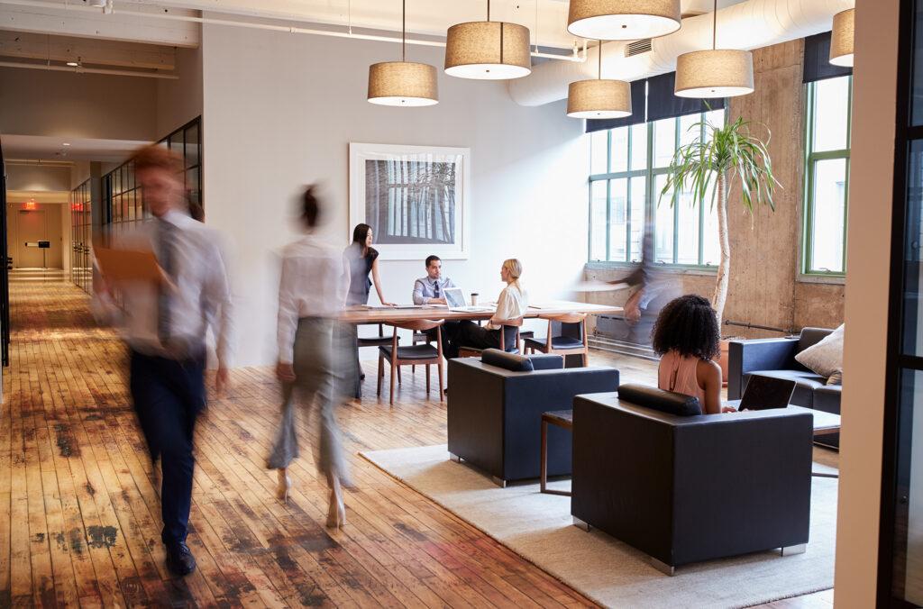 Salariés qui marchent dans un espace ouvert mutuelle generale avignon